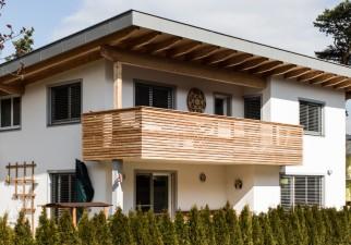 Einfamilienhaus mit Holzbalkon